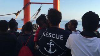 """Un convoi composé de 630 migrants a accosté à Valence, en Espagne, dans la matinée du dimanche 17 juin.  Ces images montrent des gens sur le SOS Mediterranee Aquarius, l'un des navires composant le convoi, acclamant, dansant et écoutant les traducteurs alors que les côtes de Valence se rapprochent. """"Srcset ="""" https://e3.365dm.com/18/06/ 320x180 / skynews-migrants-sos-valencia_4338415.jpg? 20180617104351 320w, https://e3.365dm.com/18/06/640x380/skynews-migrants-sos-valencia_4338415.jpg?20180617104351 640w, https: // e3. 365dm.com/18/06/736x414/skynews-migrants-sos-valencia_4338415.jpg?20180617104351 736w, https://e3.365dm.com/18/06/992x558/skynews-migrants-sos-valencia_4338415.jpg?20180617104351 992w, https://e3.365dm.com/18/06/1096x616/skynews-migrants-sos-valencia_4338415.jpg?20180617104351 1096w, https://e3.365dm.com/18/06/1600x900/skynews-migrants -sos-valencia_4338415.jpg? 20180617104351 1600w, https://e3.365dm.com/18/06/1920x1080/skynews-migrants-sos-valencia_4338415.jpg?20180617104351 1920w, https://e3.365dm.com/18 /06/2048x1152/skynews-migrants-sos-valencia_4338415.jpg?20180617104351 2048w """"sizes ="""" (min-largeur: 900px) 992px, 100vw"""