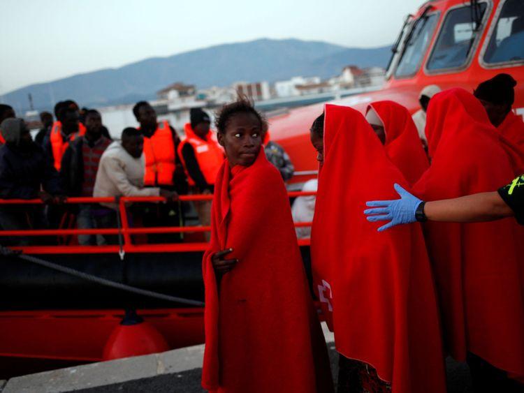 Les migrants arrivant sur un bateau de sauvetage au port espagnol de Motril vendredi