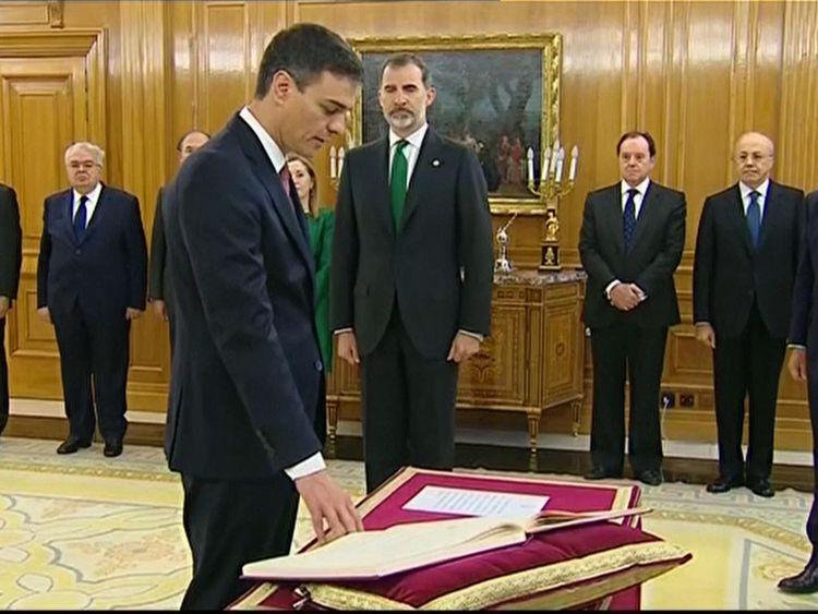 Pedro Sanchez est assermenté devant le roi d'Espagne Felipe VI