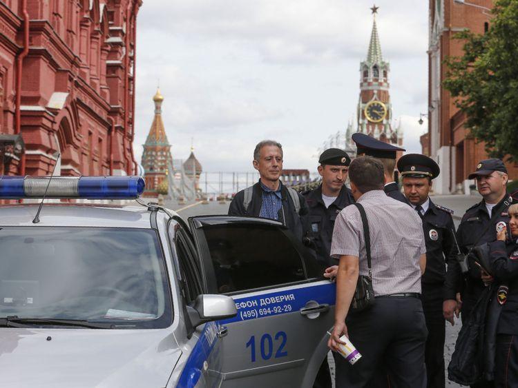 Les policiers russes arrêtent le militant britannique des droits des homosexuels Peter Tatchell à la suite de sa manifestation anti-Poutine à Moscou le 14 juin 2018. (Crédit: Maxim ZMEYEV / AFP) (Crédit photo: MAXIM ZMEYEV / AFP / Getty Images)