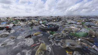 Les débris de plastique dans la mer sont un énorme problème environnemental