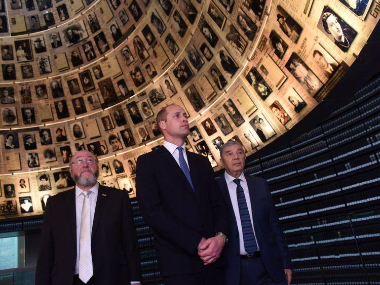 William, président de Yad Vashem Avner Shalev et le grand rabbin britannique Ephraim Mirvis visitent la salle des noms