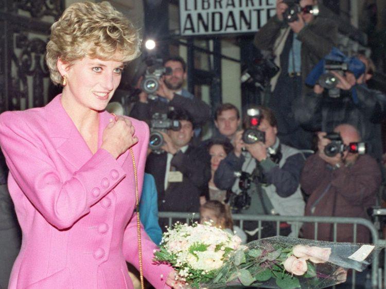 William a dit que l'affaire rappelait Le prince William a dit que l'affaire lui rappelait comment les paparazzi harcelaient sa mère </span><br />       </figcaption></figure> </div> <p>. Le rédacteur en chef de la publication, Laurence Pieau, 51 ans, et le propriétaire Ernesto Mauri, 71 ans, aussi a dû payer des amendes de 45 000 € (41 000 £) – le maximum possible – qu'ils contestent. </p> <p> Au moment de l'affaire initiale, le prince William a déclaré dans un communiqué que l'affaire était «d'autant plus douloureuse» que la façon dont les paparazzis ont harcelé sa mère avant sa mort dans la capitale française il y a 20 ans </p> <div> <div class=
