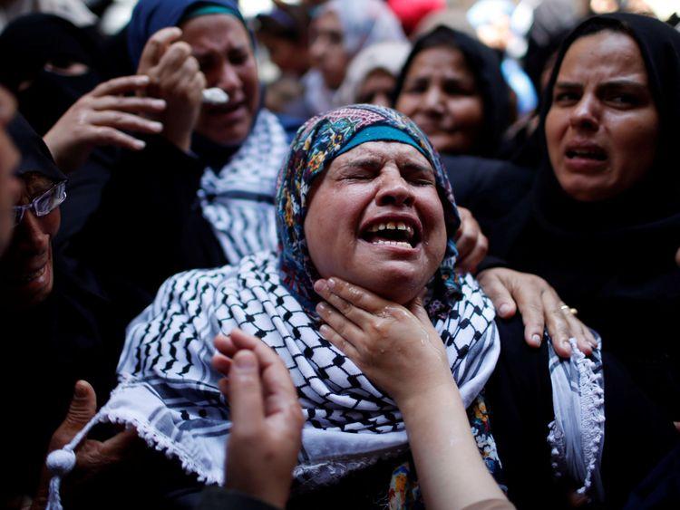 Un parent pleure pendant les funérailles de Razan [19659006] Un parent pleure pendant les funérailles de Razan </span><br />       </figcaption></figure> </div> <p> Des milliers ont ensuite transporté le corps de Razan à travers les rues jusqu'à une tombe fraîchement creusée dans un minuscule cimetière. </p> <p> Des coups sporadiques ont été tirés en l'air au-dessus des foules. Après la fin de l'enterrement, des groupes de jeunes hommes ont entamé une autre attaque impromptue vers la barrière frontalière, à une courte distance, débutant une nouvelle confrontation alors qu'ils se rapprochaient. vers les positions israéliennes </p> <p> La Force de Défense riposta par des volées de gaz lacrymogènes dans le but de disperser la foule de jeunes lanceurs de pierres. </p> <p> Le dernier jour de Razan al Najar commença et se termina par de la violence mais aucune de ses actions. , un médecin. </p> <p> Peut-être, sa mort ne fera-t-elle aucune différence au fait que l'on attend encore plus de violence dans les jours qui viennent. </p> </p></div> </pre>  <div class=