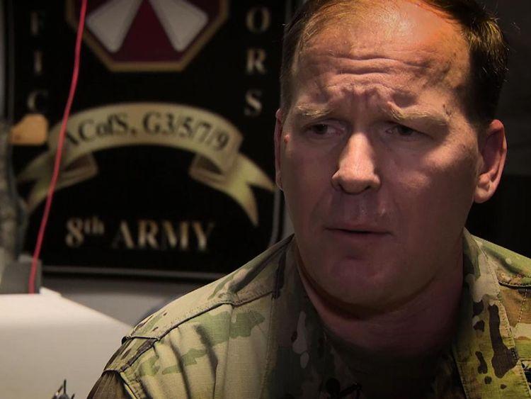 """Colonel Scott Taylor de la 8e armée américaine [19659005] Le colonel Scott Taylor de la 8ème armée américaine espère la paix </span><br />       </figcaption></figure> </div> <p> Le colonel Scott Taylor de la 8ème armée a déclaré: """"Bien que la paix éclate ici dans la péninsule, la réalité est que nous devons être Nous sommes prêts à faire marche arrière et nous n'arrêterons donc pas de nous préparer à décourager cette guerre. »</p> <p>« Franchement, l'instrument militaire du pouvoir national fournit l'espace de décision pour que la diplomatie réussisse »</p> <p>« Nous avons beaucoup d'espoir. """"</p> <div class="""