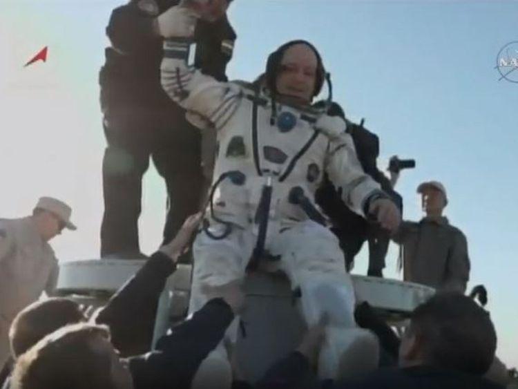 Scott Tingle est sorti de la capsule de Soyuz après son atterrissage au Kazakhstan