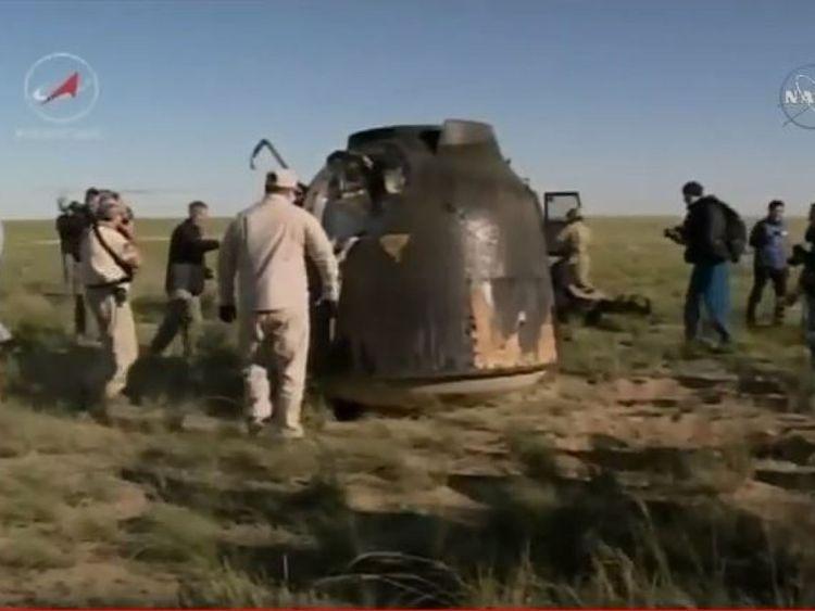 La capsule est vue sur la prairie où elle a atterri