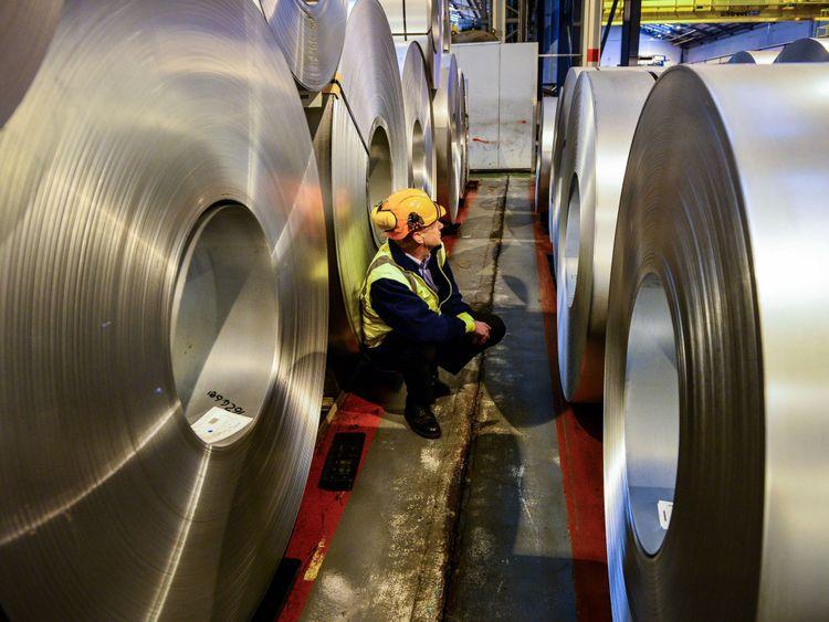 Photo du 15/02/17 d'un travailleur qui inspecte des rouleaux d'acier. Les tarifs douaniers américains massifs sur les importations d'acier de l'UE sont entrés en vigueur vendredi alors que la Grande-Bretagne a clairement fait savoir qu'une guerre commerciale transatlantique serait mauvaise pour les deux parties