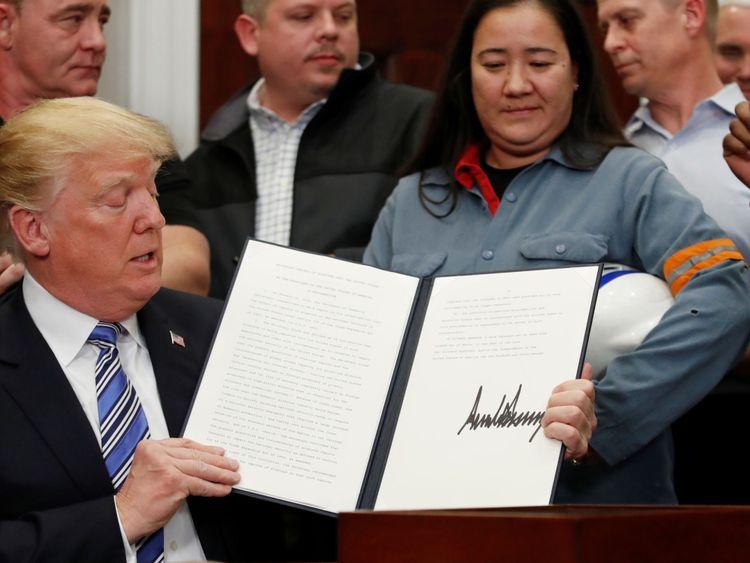 """Donald Trump signe une proclamation présidentielle établissant des tarifs sur l'aluminium et l'acier Donald Trump signe une proclamation présidentielle imposant des droits de douane sur les importations d'aluminium et d'acier </span><br />       </figcaption></figure> </div> <p> Il introduira également de nouvelles règles en matière de transparence, ce qui devrait conduire les plates-formes à publier le nombre de messages supprimés et les comptes suspendus. 19659003] """"Ce qui est illégal hors ligne est illégal en ligne et j'appelle les dirigeants mondiaux à prendre des mesures sérieuses pour y faire face, comme nous le faisons au Royaume-Uni avec notre engagement à légiférer sur les préjudices en ligne tels que le cyber-harcèlement et le harcèlement. Mme 1965 """"La violence en ligne contre les femmes et les filles ne devrait pas être séparée de la violence hors ligne et les entreprises technologiques qui font des progrès encourageants dans l'interdiction et la suppression du contenu extrémiste doivent utiliser les mêmes méthodes pour s'attaquer à ce problème inacceptable. »</p> <p> Elle dira aussi que c'est un« gaspillage dévastateur de potentiel »que 130 millions de filles dans le monde ne disposent pas d'un accès suffisant. et s'engage à financer l'éducation de quelque 400 000 filles dans des pays en développement tels que l'Afghanistan, l'Éthiopie, la Somalie, le Népal, le Zimbabwe et la République démocratique du Congo. </p> </p></div> </pre>  <div class="""