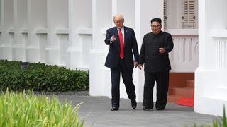 Donald Trump et Kim Jong Un lors d'une pause dans leurs pourparlers [19659020] 0:27 </span><br />                     </span></p> <p>            </span><figcaption class=