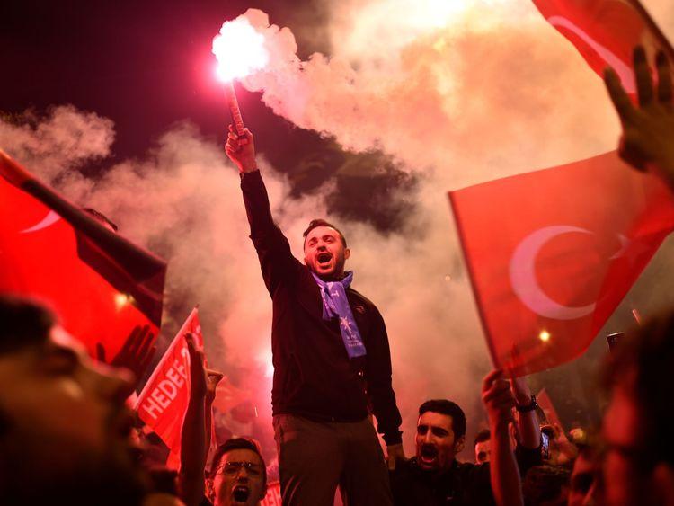 Les gens lâchent des fusées éclairantes devant le siège du parti de l'AKP à Istanbul