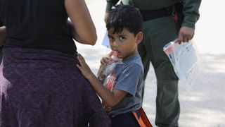 """Une famille attend d'être placée en garde à vue """"srcset ="""" https://e3.365dm.com/18/06/320x180/skynews-us-immigration-texas-border_4339011.jpg?20180618080847 320w, https: //e3.365dm .com / 18/06 / 640x380 / skynews-nous-immigration-texas-border_4339011.jpg? 20180618080847 640w, https://e3.365dm.com/18/06/736x414/skynews-us-immigration-texas-border_4339011. jpg? 20180618080847 736w, https://e3.365dm.com/18/06/992x558/skynews-us-immigration-texas-border_4339011.jpg?20180618080847 992w, https://e3.365dm.com/18/06/ 1096x616 / skynews-us-immigration-texas-border_4339011.jpg? 20180618080847 1096w, https://e3.365dm.com/18/06/1600x900/skynews-us-immigration-texas-border_4339011.jpg?20180618080847 1600w, https: //e3.365dm.com/18/06/1920x1080/skynews-us-immigration-texas-border_4339011.jpg?20180618080847 1920w, https://e3.365dm.com/18/06/2048x1152/skynews-us-immigration -texas-border_4339011.jpg? 20180618080847 2048w """"tailles ="""" (min-largeur: 900px) 992px, 100vw"""