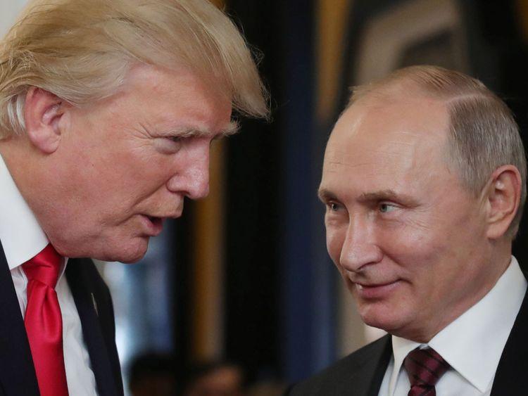 Le président américain Donald Trump s'entretient avec le président russe Vladimir Poutine