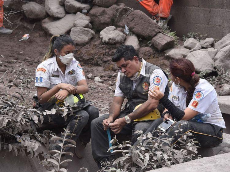 Le personnel d'urgence fait une pause pendant la recherche épuisante des survivants