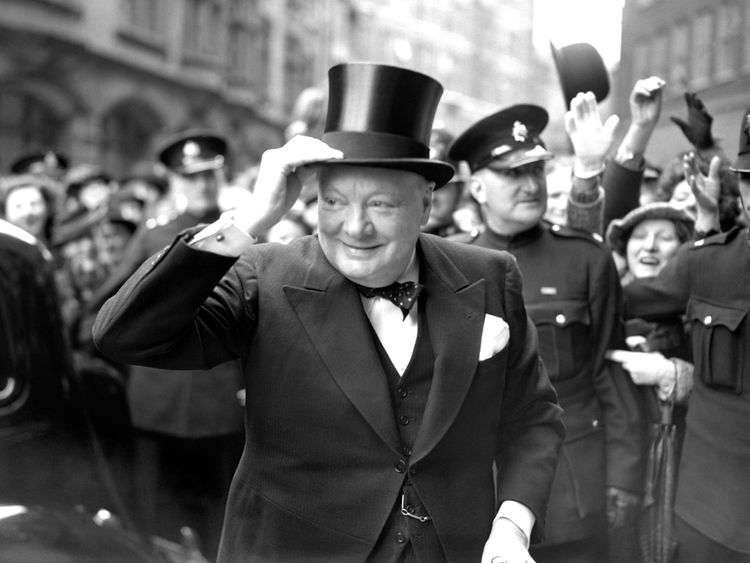 Winston Churchill arrive à Church House pour recevoir la Liberté honoraire de la ville de Westminster en 1946