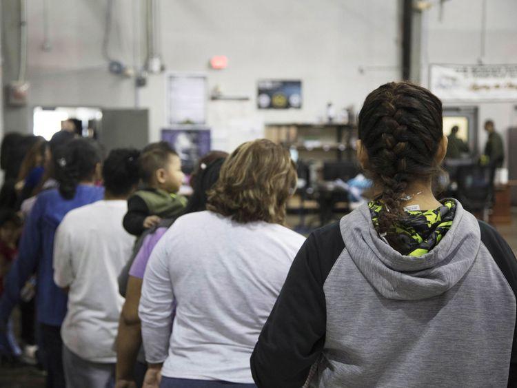 Les femmes font la queue à l'usine de McAllen au Texas