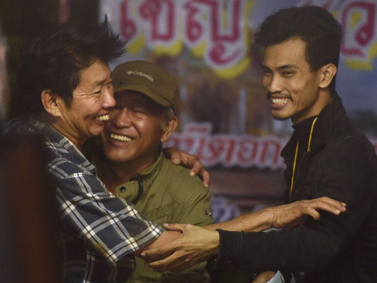 Les membres de la famille fêtent leur anniversaire en campant près de la grotte de Than Luang en Thaïlande, après avoir appris que tous les membres de l'équipe de football des enfants et leur entraîneur sont vivants