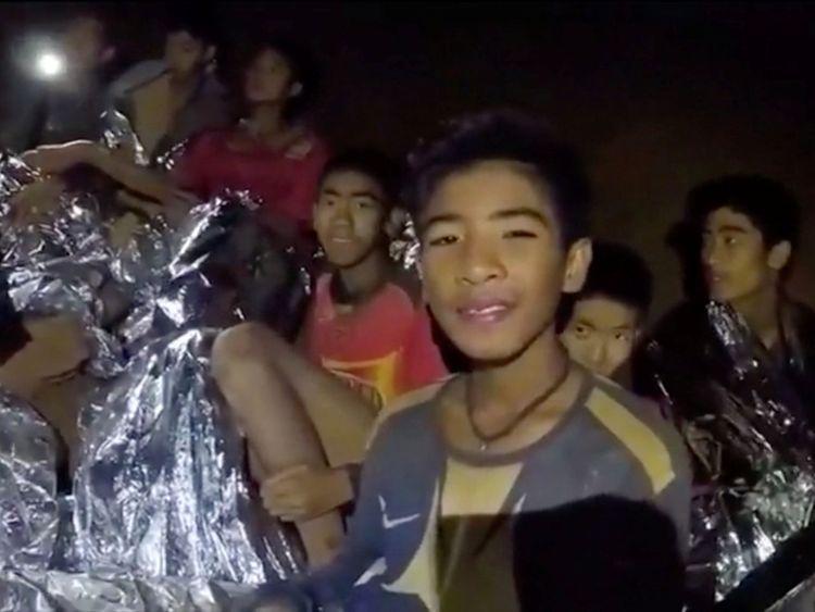 Des garçons de l'équipe de football des moins de 16 ans pris au piège dans la grotte de Tham Luang couverte de couvertures d'hypothermie