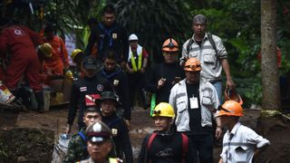 Des secouristes et des techniciens thaïlandais sont vus dans la zone de la grotte de Tham Luang