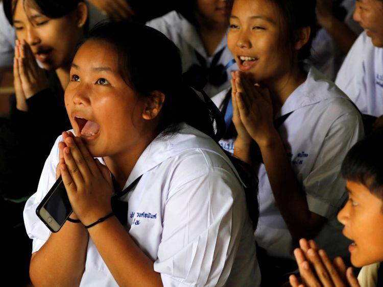 Les camarades de classe réagissent après avoir entendu que certains des 12 garçons piégés à l'intérieur de la grotte ont été sauvés