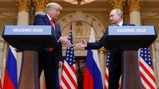 Le président américain Donald Trump et le président russe Vladimir Poutine se serrent la main lors d'une conférence de presse conjointe après leur réunion à Helsinki, en Finlande, le 16 juillet 2018