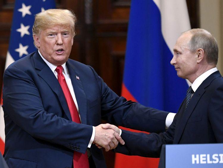 Le président américain Donald Trump et le président russe Vladimir Poutine se serrent la main après leur conférence de presse conjointe au palais présidentiel d'Helsinki, en Finlande