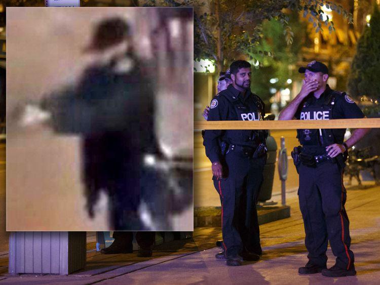 Des policiers de Toronto surveillent la rue Danforth sur les lieux d'une fusillade à Toronto