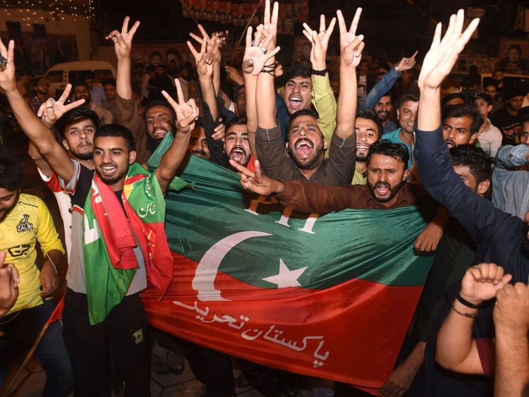 Les partisans du politicien pakistanais devenu joueur de cricket, Imran Khan, chef du parti pakistanais Tehreek-e-Insaf (Mouvement pour la justice), célèbrent à Lahore