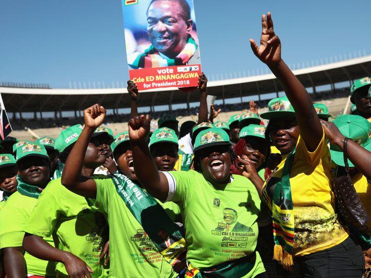 Le président Emmerson Mnangagwa prend la parole lors du rassemblement final de la ZANU-PF, en vue des élections au Zimbabwe, lundi 28 juillet au stade national des sports, à Harare, au Zimbabwe. Les Zimbabwéens se rendent aux urnes le 30 juillet pour voter pour un nouveau président lors de la première élection depuis que Robert Mugabe, qui a dirigé le pays pendant 37 ans après son indépendance en 1980, a été évincé du pouvoir l'année dernière.