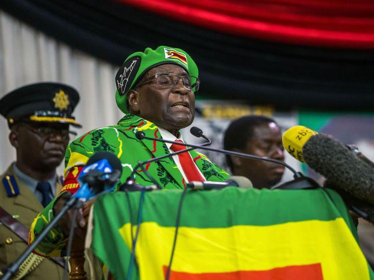 Le président d'imbabwe, Robert Mugabe, prononce un discours lors d'une réunion de la ligue des jeunes de son parti où il a fait allusion à un remaniement ministériel, le 7 octobre 2017, à Harare