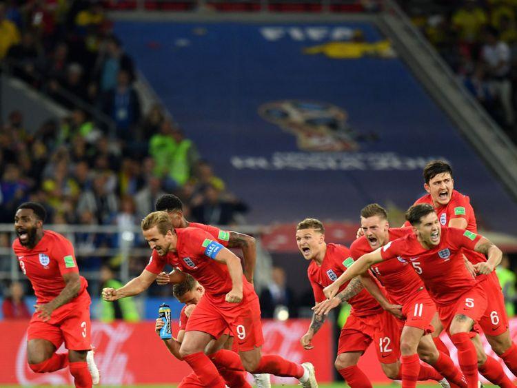 Les joueurs d'Angleterre célèbrent après la victoire d'Eric Dier lors d'une victoire 4-3 aux tirs au but contre la Colombie