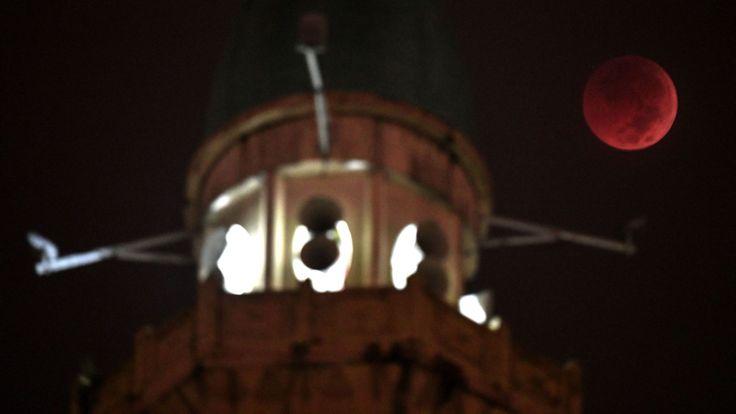 La lune apparaît à côté du dôme de la mosquée Wilayah à Kuala Lumpur, en Malaisie