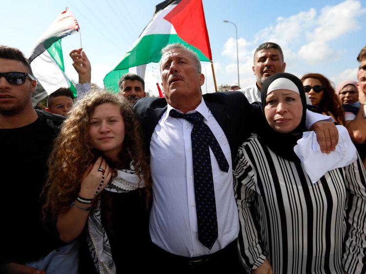 L'adolescente palestinienne Ahed Tamimi et sa mère Nareman sortent après avoir été libérées d'une prison israélienne