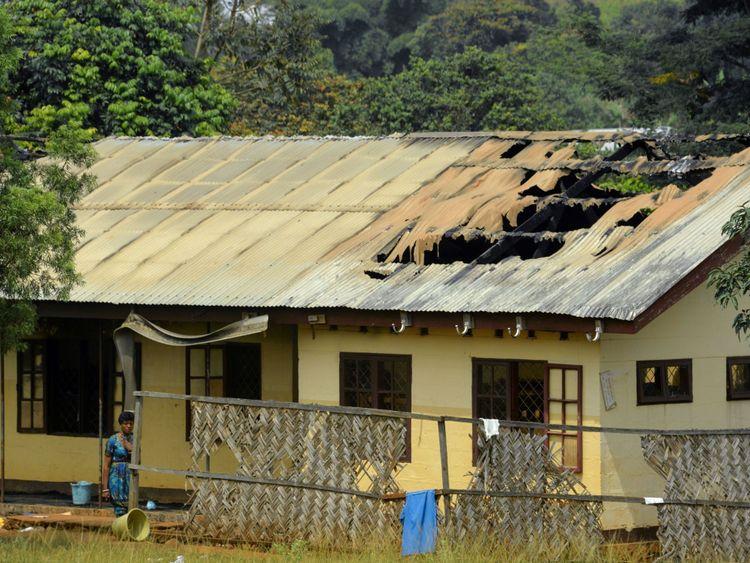 Un toit d'école partiellement brûlé après un incendie criminel