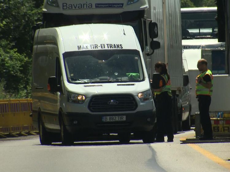 Police regardant une camionnette à la frontière allemande