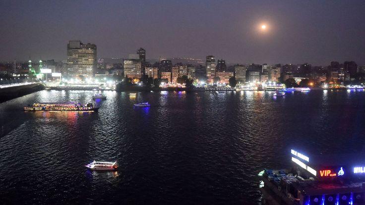 Cette photo montre la pleine lune dans le ciel de la capitale égyptienne, le Caire, le 27 juillet 2018, avant l'éclipse lunaire totale prévue. - La plus longue lune de sang & # 39; éclipse ce siècle a commencé le 27 Juillet, coïncidant avec Mars & # 39; approche la plus proche en 15 ans pour traiter les skygazers à travers le monde à un spectacle céleste passionnant. Contrairement à une éclipse solaire, les téléspectateurs n'auront pas besoin de lunettes protectrices pour observer l'affichage rare. (Photo par Khaled DESOUKI / AFP) (Crédit photo devrait lire KHALED DESOUKI / AFP /