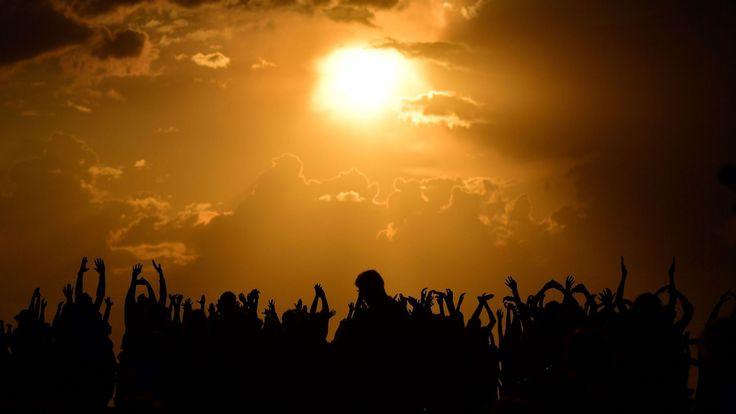 Les gens se rassemblent en attendant que le soleil se couche et l'apparition de la lune de sang. à Berlin le 27 juillet 2018. - La lune de sang & # 39; l'éclipse lunaire totale, est la plus longue du 21ème siècle. (Photo par Tobias SCHWARZ / AFP) (Crédit photo devrait lire TOBIAS SCHWARZ / AFP / Getty Images)