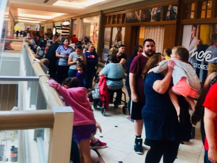 Les files d'attente se sont formées dans les centres commerciaux du monde entier. Pic: Amanda Spriggs