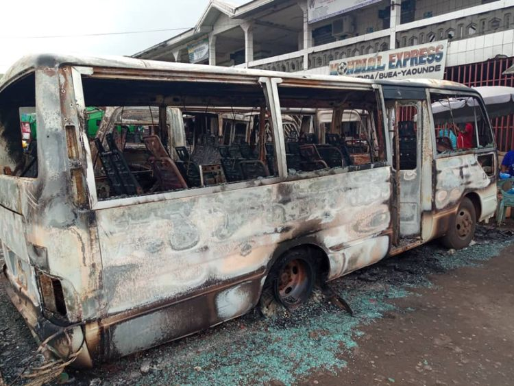 Bus brûlés à la gare routière de Buea après le tir d'artillerie