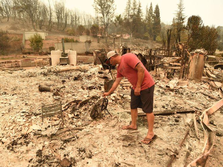 Wade Brilz regarde ce qui reste de sa maison brûlée pendant l'incendie de Carr à Redding