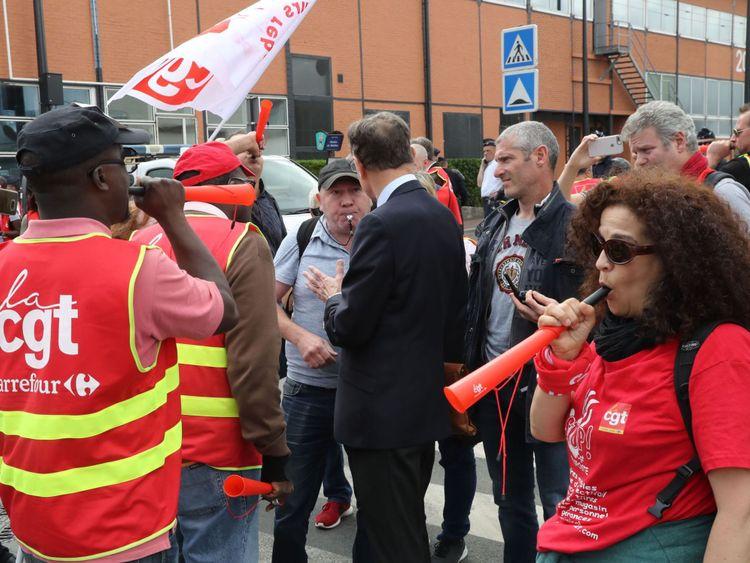Carrefour est confronté à la colère des syndicats face aux projets de réduction de milliers d'emplois en France pour aider à réduire les coûts