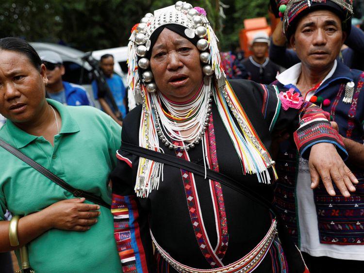 Une femme ethnique Akha prie pour le retour des disparus