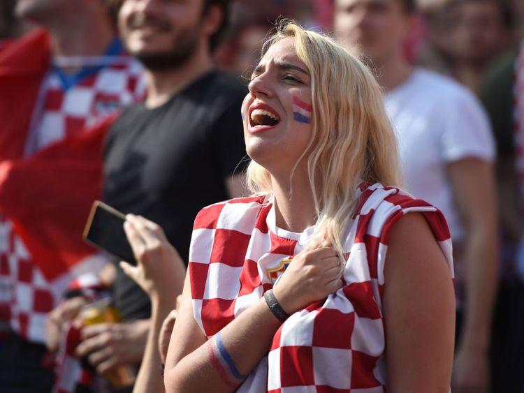 Les supporters croates vont chanter leur hymne national au centre-ville de Zagreb le 15 juillet 2018, lors du dernier match de football de la Coupe du Monde de Russie 2018 entre la Croatie et la France, le premier match de la Coupe du monde de Croatie. (Photo: ATTILA KISBENEDEK / AFP) (Crédit photo: ATTILA KISBENEDEK / AFP / Getty Images)