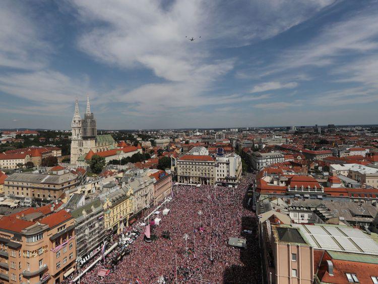Les fans attendent l'arrivée de l'équipe de football croate après la finale de la Coupe du monde