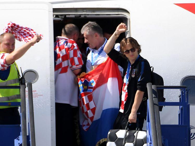 Luka Modric débarque à Zagreb avec le reste de l'équipe