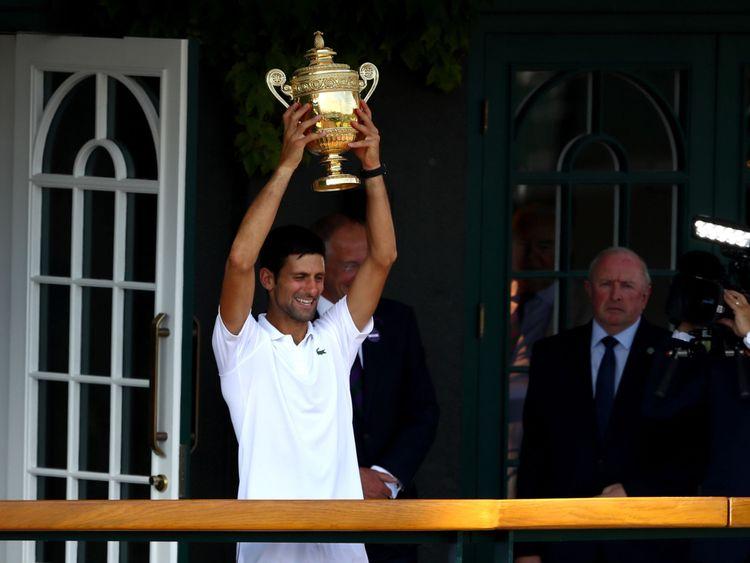 Djokovic lève le trophée sur le balcon du Centre Court