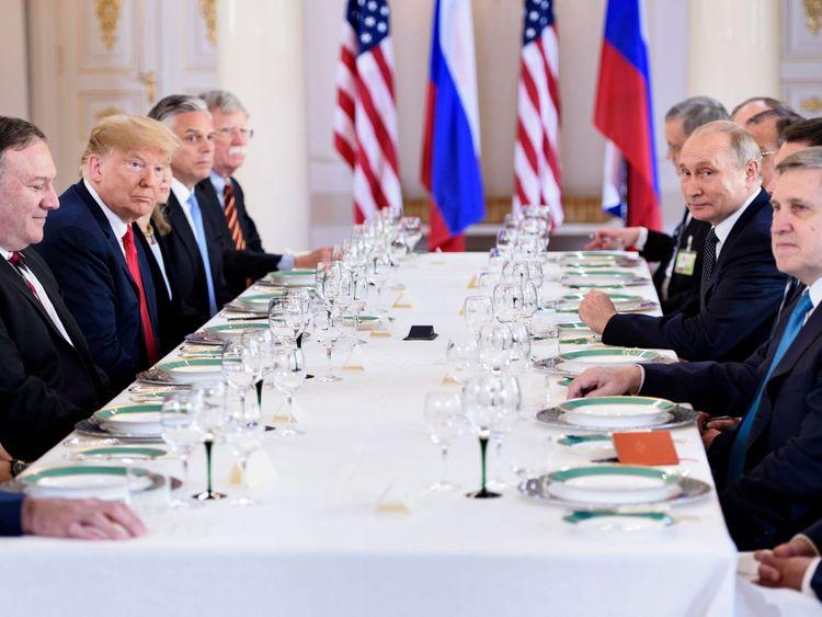 Le président américain Donald Trump (3L), le président russe Vladimir Poutine (2R) et d'autres attendent un déjeuner de travail au palais présidentiel de la Finlande le 16 juillet 2018 à Helsinki, en Finlande. - Les dirigeants américains et russes ont ouvert un sommet historique à Helsinki, avec Donald Trump promettant une relation extraordinaire & # 39; et Vladimir Poutine disant qu'il était grand temps de débattre des différends dans le monde entier. (Photo par Brendan Smialowski / AFP) (Crédit photo devrait lire BRENDAN SMIALOWSKI / AFP / Getty Images)