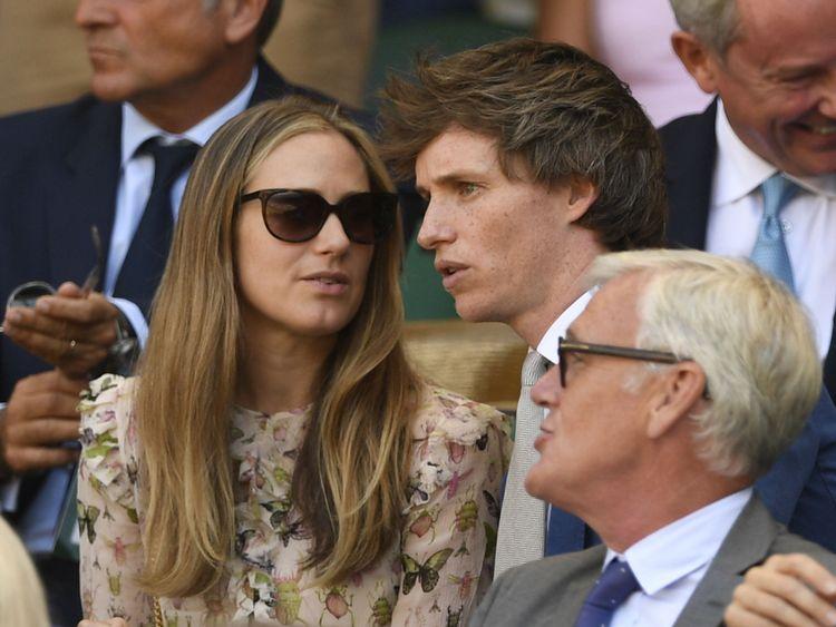 Eddie Redmayne parle avec sa femme Hannah dans la Royal Box pendant la finale des hommes de Wimbledon