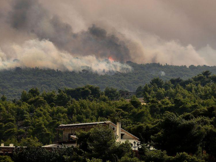 Des nuages de fumée font rage à Kineta, près d'Athènes