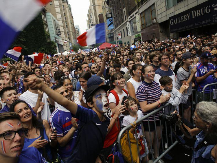 Les fans français se rassemblent alors qu'ils regardent le match final de la Coupe du Monde entre la France et la Croatie le 15 juillet 2018 à New York. - La finale de la Coupe du Monde entre la France et la Croatie à Moscou met fin à un festival de football d'un mois qui a changé les perceptions du pays hôte tout en donnant de l'espoir à l'outsider sur le terrain. (Photo par KENA BETANCUR / AFP) (Crédit photo devrait lire KENA BETANCUR / AFP / Getty Images)
